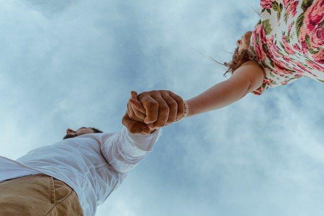 手を繋いで不倫デート