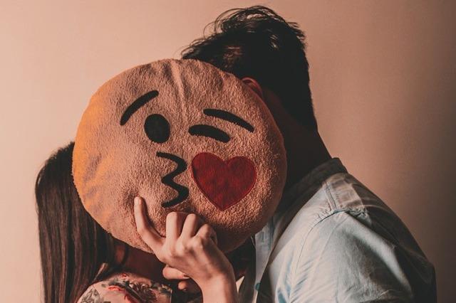 顔を隠してキスする不倫カップル